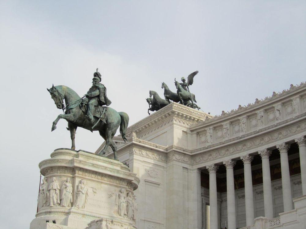 Площадь Венеции - Памятник
