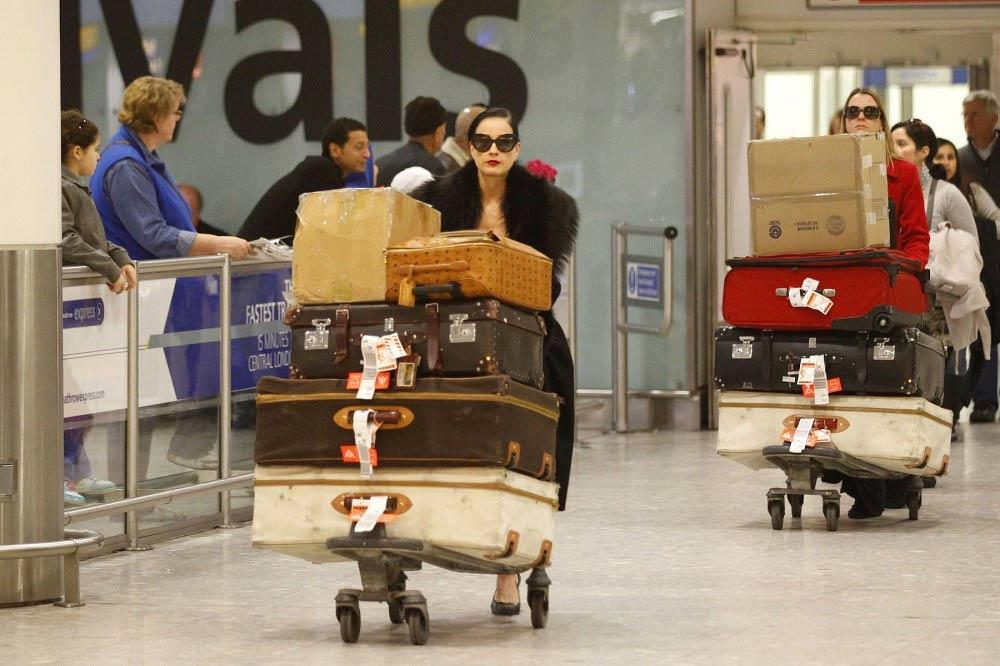 Девушка с большим багажом