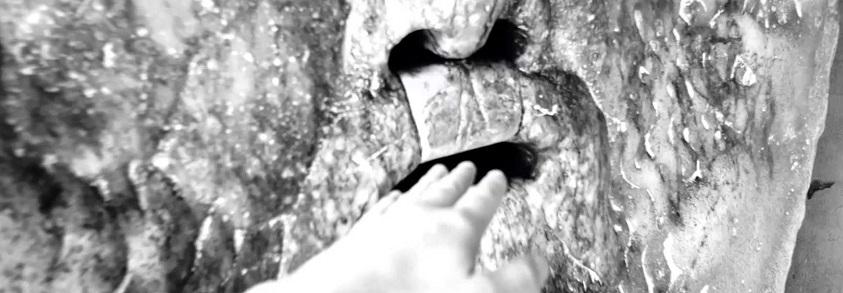 Засовывание руку в уста