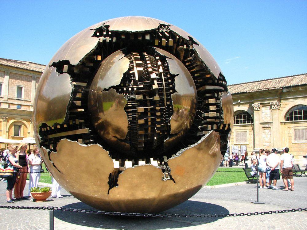 Скульптура Золотой Земной шар в Ватикане