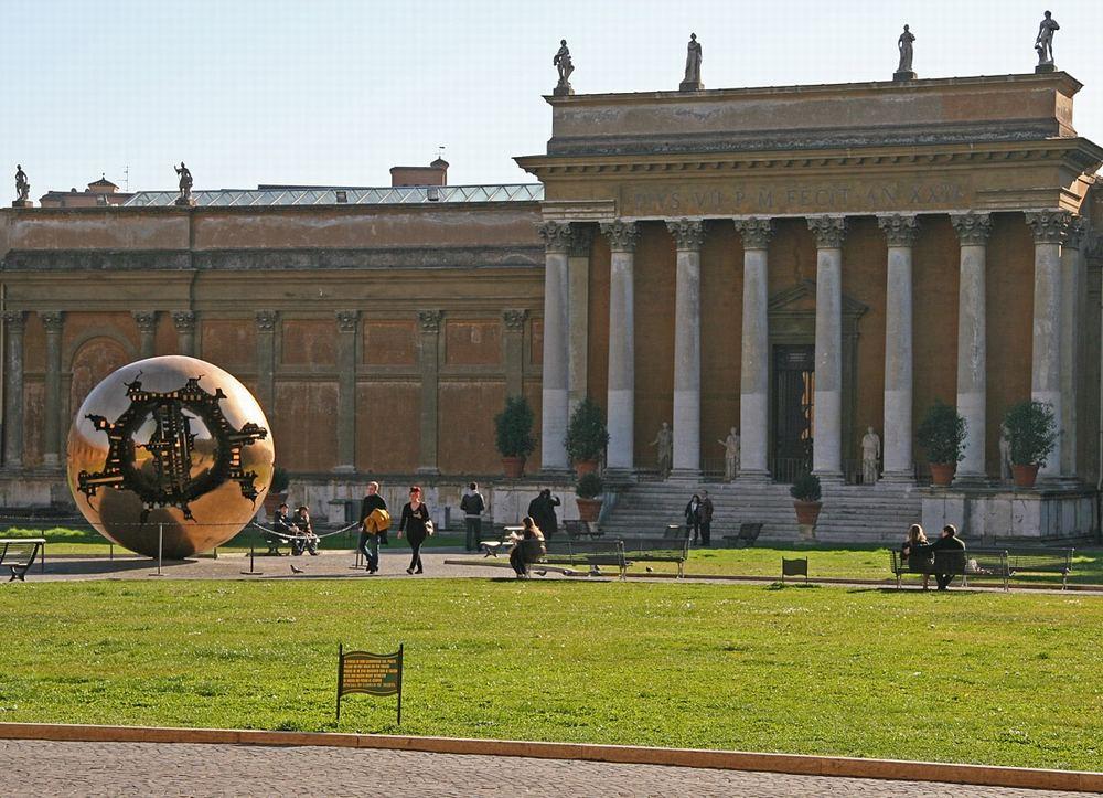 Золотой Земной шар в Ватикане
