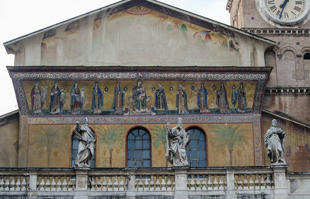 Балкон со статуями пап
