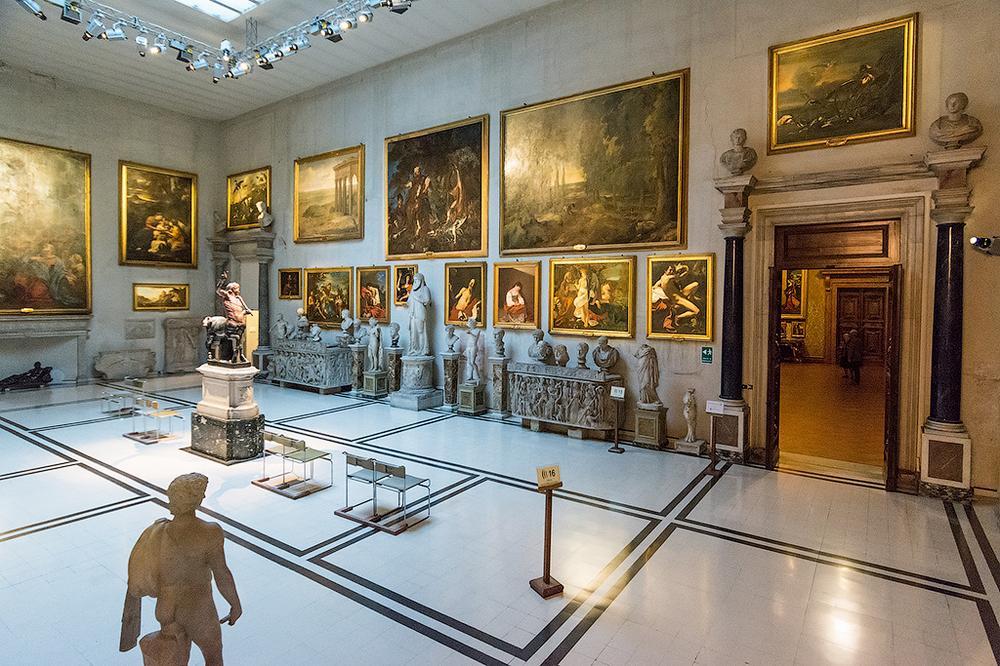 Античные статуи в галерее