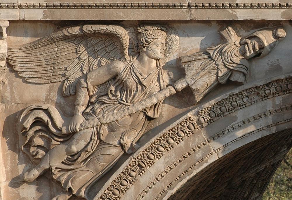 Победоносные музы на арке