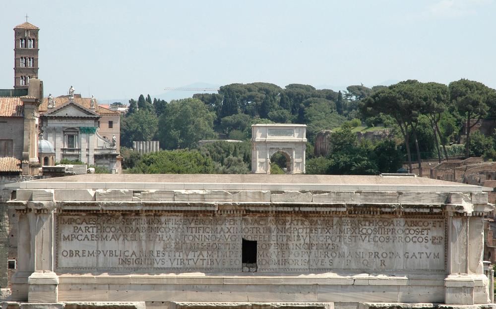 Посвятительная надпись на арке