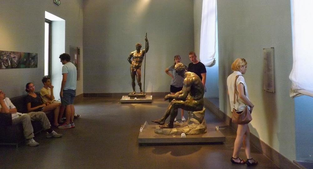 Скульптура Аполлона в залах музеев