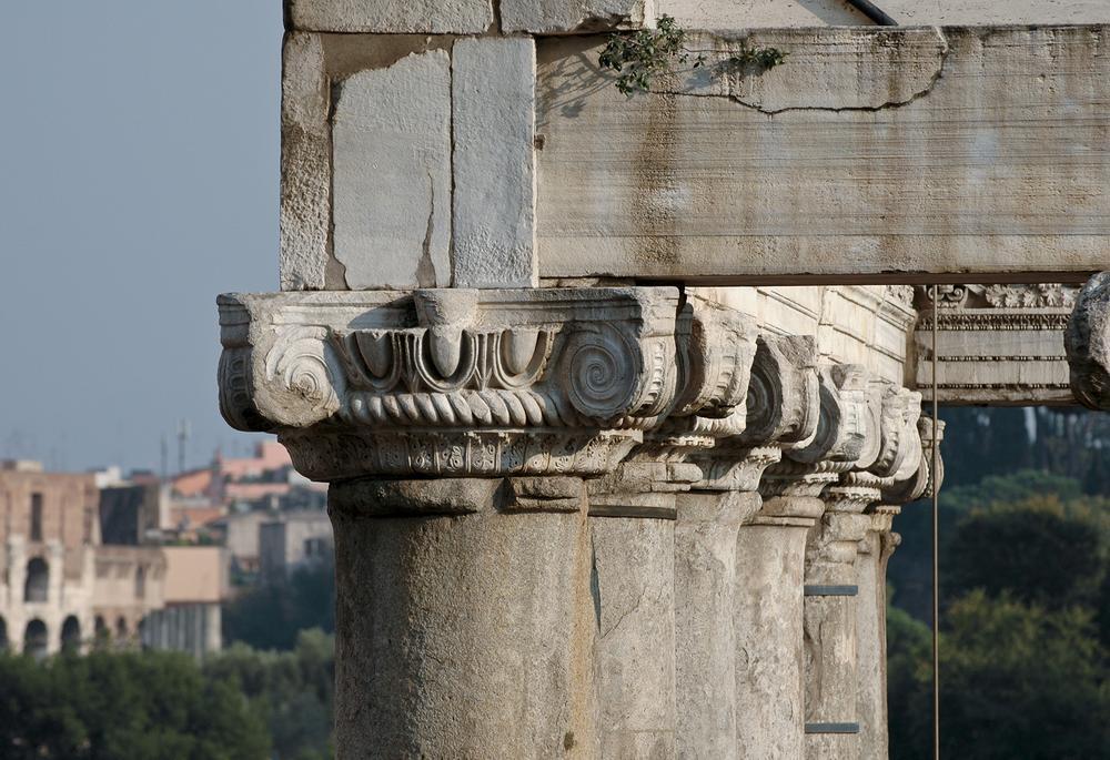 Колонны храма крупным планом