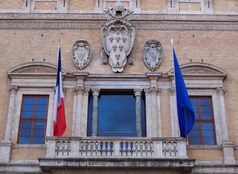 Флаги на здании посольства